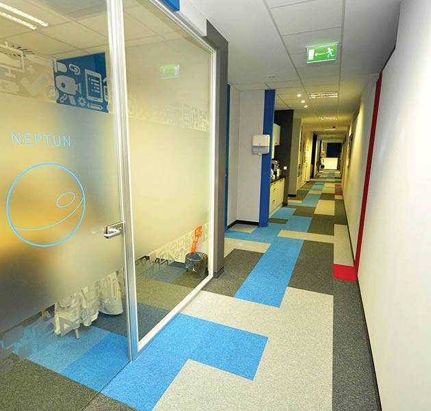 Inspiration Grande Reference office dalles season summer winter infini design ombra couloir rouge bleu