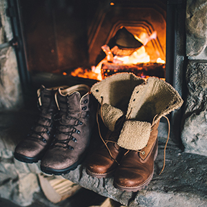 chaussures-montagne-feu-cheminee