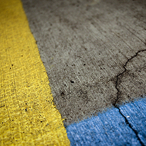 rue-peinture-jaune-bleu-sol.jpg